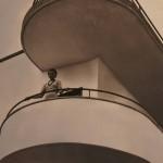 Renzo Zavanella, villa dei direttori dello zuccherificio Schiaffino a Sermide (Mantona, 1931-39), immagine d'epoca con la moglie di uno dei direttori affacciata al balcone