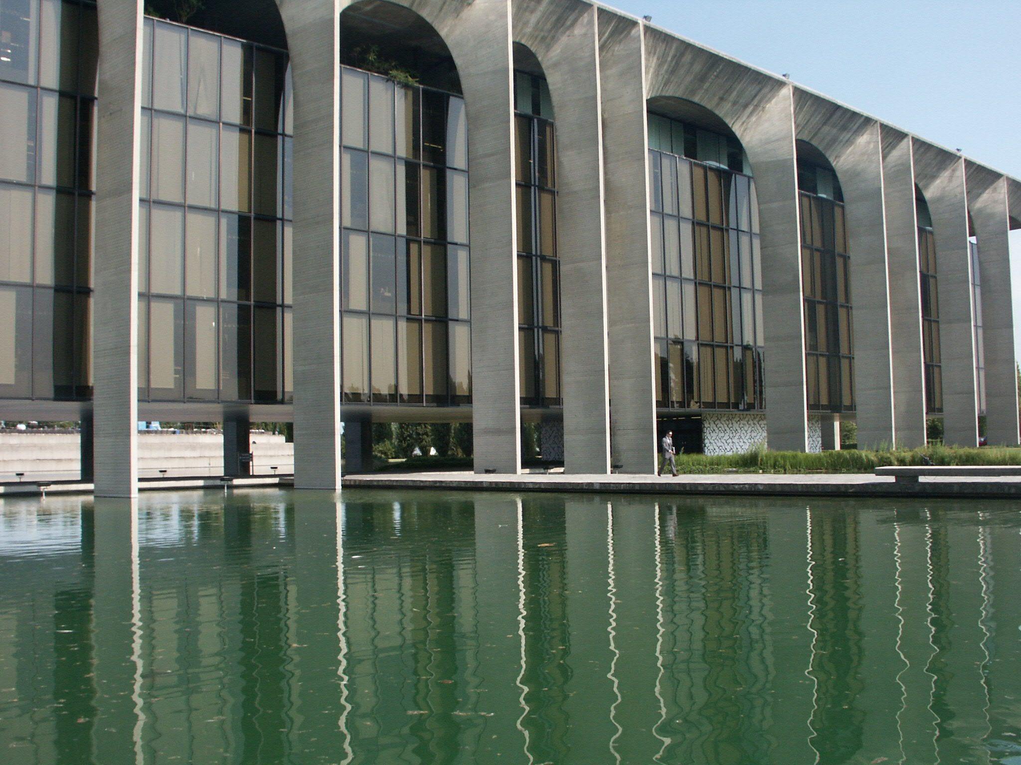 Oscar Niemeyer sede uffici Mondadori a Segrate Milano foto di Luca Bullaro