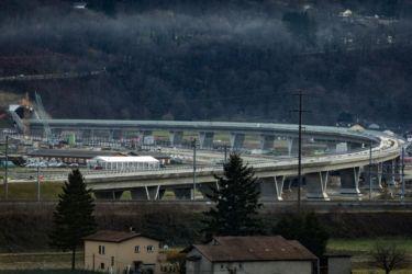 Viadotto ferroviario di Camorino: pile a V e vista del portale (© AlpTransit San Gottardo SA)