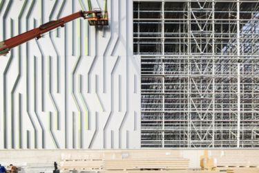 Nuovo magazzino automatico Pedrali, montaggio del rivestimento (© Filippo Romano)