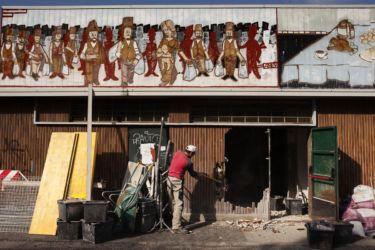 L'abbattimento di una porzione di muro esterno del mercato comunale: l'operazione è parte del progetto G124