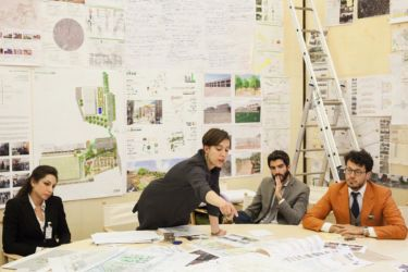 Gli architetti Chiara Valli, Francesca Vittorelli, Matteo Restagno e Alberto Straci al lavoro nella stanza G124 di Palazzo Giustiniani a Roma, l'ufficio assegnato al senatore Renzo Piano, sede operativa del laboratorio