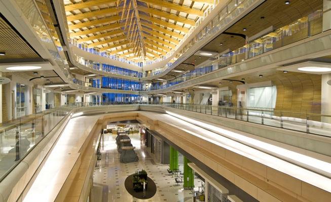 Centro commerciale Surrey Place Mall in British Columbia (Canada) trasformato in campus universitario, torre direzionale e centro commerciale