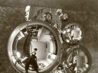 Marianne Brandt, « L'Atelier se reflétant dans la boule » (autoportrait dans l'atelier Bauhaus à Dessau), 1928-1929. Photographie © Bauhaus-Archiv Berlin / A.D.A.G.P. 2016