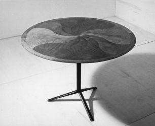 Ico Parisi, tavolo rotondo con struttura in ferro laccato nero e piano in noce nazionale (1954; esecuzione ditta Vittorio Bega, Bologna. Courtesy Archivio del Design di Ico Parisi, Como)