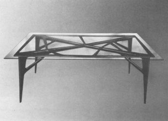 Ico Parisi, tavolo in palissandro con piano in cristallo (1948; esecuzione: ArteCasa, Cantù per La Ruota. Courtesy Archivio del Design di Ico Parisi, Como)