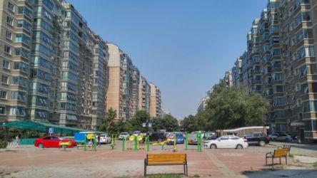 Spazi comuni condivisi dai residenti all'interno di una delle comunità chiuse in Tiantongyuan, Pechino, 2015 (Foto di Hamama Badiaa)