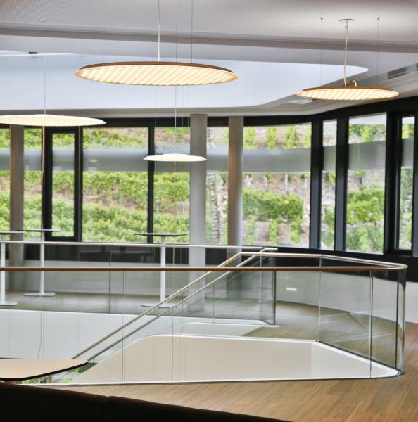 Le lampade a LED Modul R Project illuminano anche la scala aperta che conduce ai piani superiori. (©Martin Duckek)