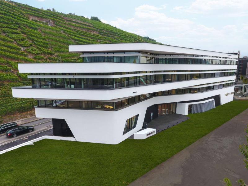 La struttura dell'edificio che ospita gli uffici del Südwestmetall è ispirata dai vigneti circostanti (©Dieter Blum)
