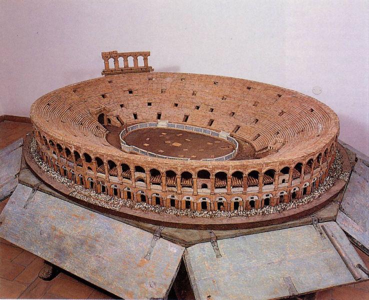 """""""Modello ligneo dell'anfiteatro Arena"""", 1770-1780 (Museo Archeologico al Teatro Romano di Verona). Si notino le falde a coppi presenti in quasi tutti gli arcovoli del secondo ordine"""