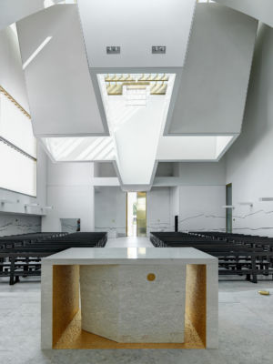 L'altare maggiore e il lucernario cruciforme (©Andrea Martiradonna, AAAA quattroassociati)