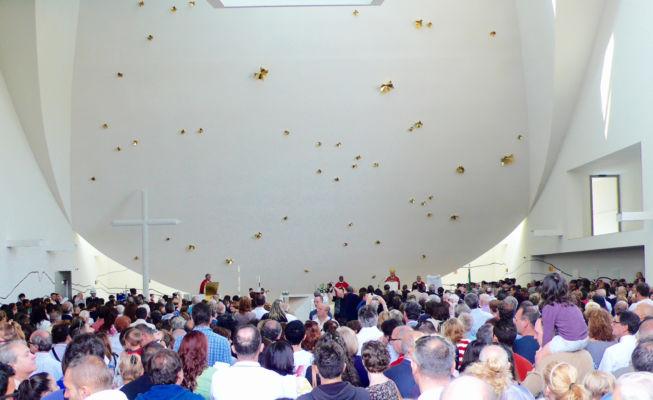 L'assemblea durante la prima celebrazione nella chiesa (©Andrea Martiradonna, AAAA quattroassociati)