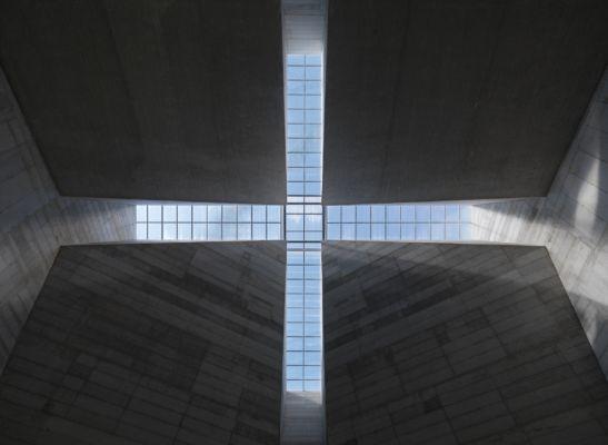 Interno, vista del lucernario a croce (© Enrico Cano)