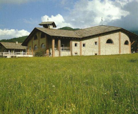 Chiesa parrocchiale Sacra Famiglia (Roccabruna, Cuneo, 1993-2001) Immagine da: S. Pace, L. Reinerio, Architetture per la liturgia. Opere di Gabetti e Isola, Milano, Skira, 2005