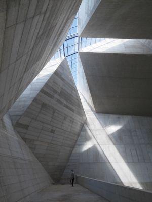 Interno, taglio di luce sulla massa cementizia (© Enrico Cano)