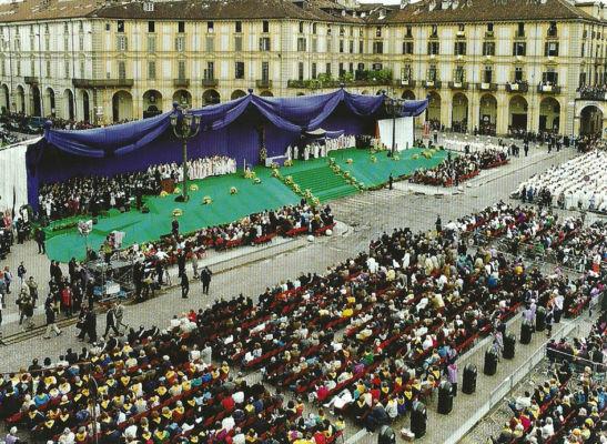 Palco per la messa del papa (Torino, piazza Vittorio Veneto, 1998) Immagine da: S. Pace, L. Reinerio, Architetture per la liturgia. Opere di Gabetti e Isola, Milano, Skira, 2005