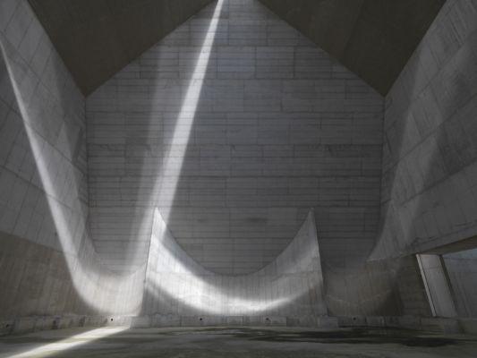 Interno, vista delle tre absidi dallo spazio dell'assemblea (© Enrico Cano)