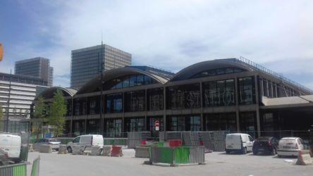 La Station f e, sullo sfondo, la Biblioteca nazionale François Mitterrand