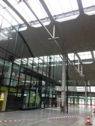 Il collegamento interno con le vetrate a tutt'altezza