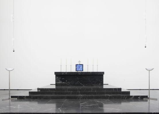 Rudolf Schwarz, Chiesa del Corpus Domini, Aquisgrana, 1930 – Presbiterio con tabernacolo (1958), e Crocifisso (sul tabernacolo), candelabri, lampade del 1930 di Fritz Schwerdt: (www.fritz-schwerdt.de; www.fritz-schwerdt.de/buch2017/, ©Tino Grisi)