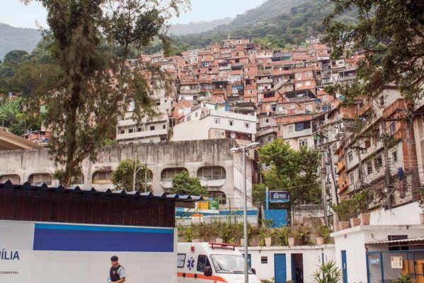 Il CIEP Doutor Bento Rubião a Rocinha, nella più grande favela del Brasile (© Aberrant Architecture)