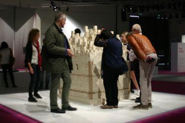 L'eterno e l'effimero di Open Architecture con Pimar: il prelievo dei cubetti da parte dei visitatori